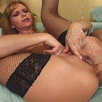 Plan cul avec une vieille femme mature